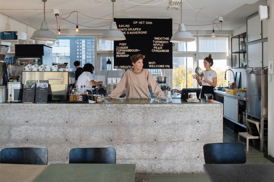 Valerie Kusters achter de bar van Op Het Dak