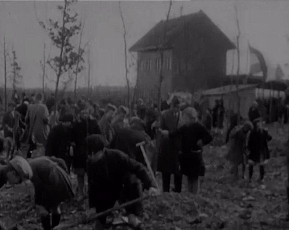Boomplantdag voor het Kralingse Bos met Rotterdamse schoolkinderen op 2 april 1928