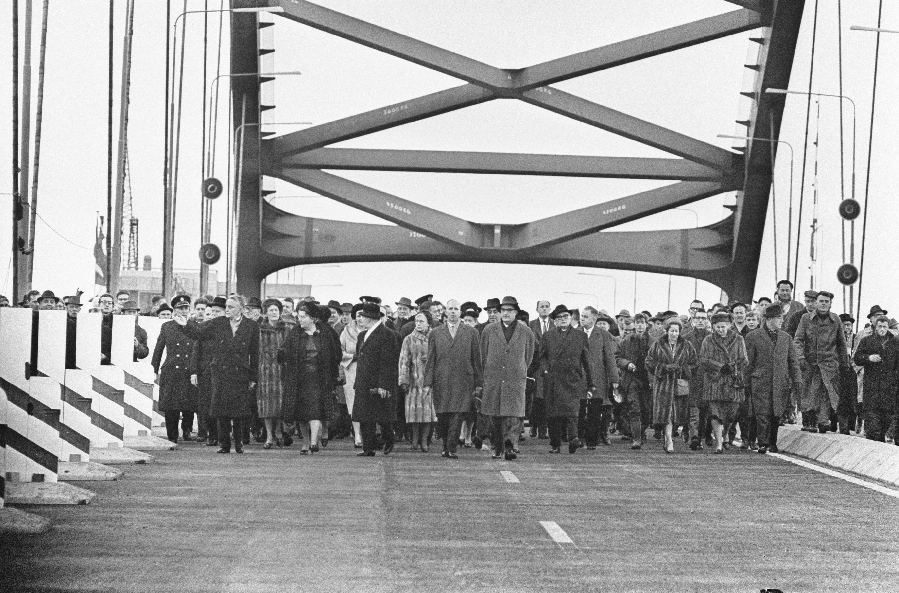 Opening Van Brienenoordbrug door Koningin Juliana