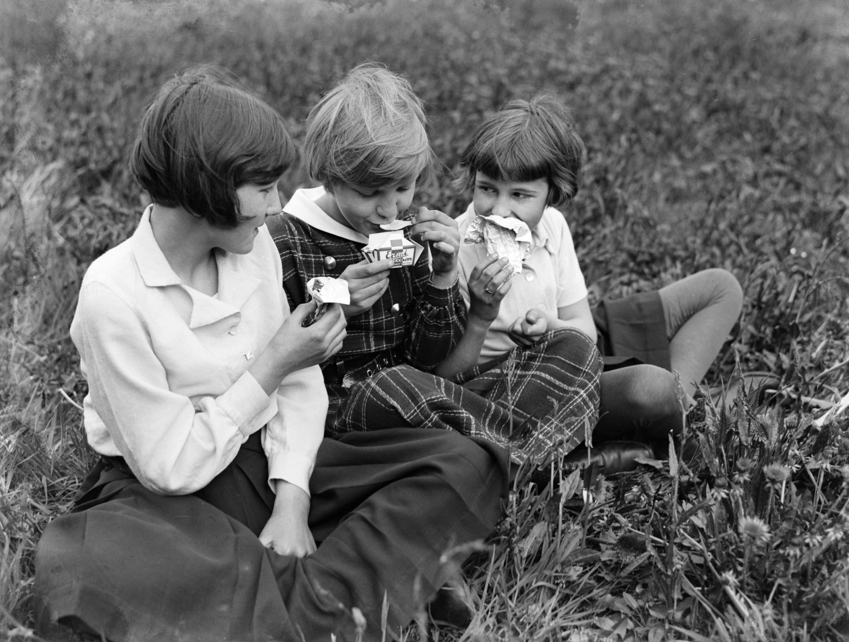 Meisjes eten Ermi roomijs 1933