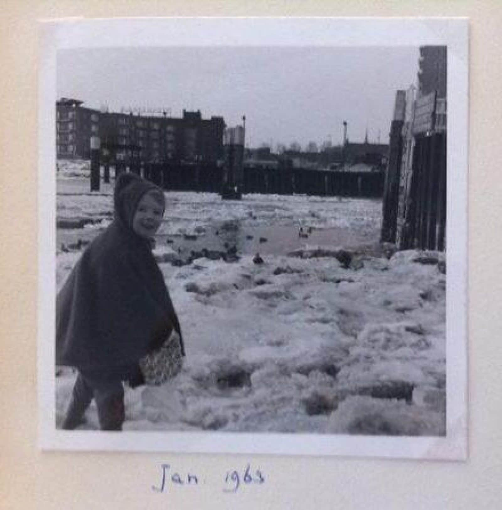 Barmentlo_lopen-over-bevroren-haven-1963