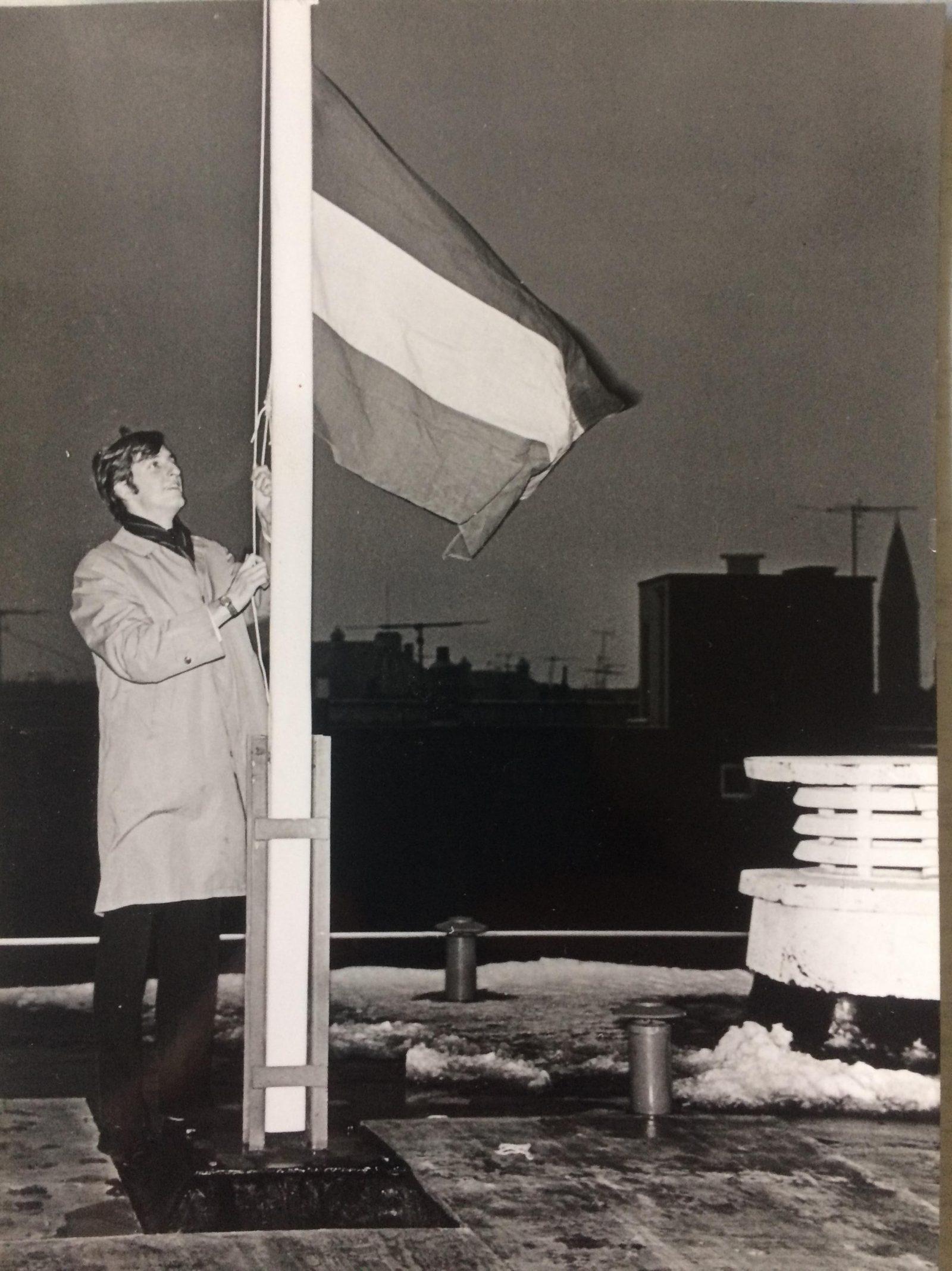 Ernest Bakker hijst vlag Noordsingel