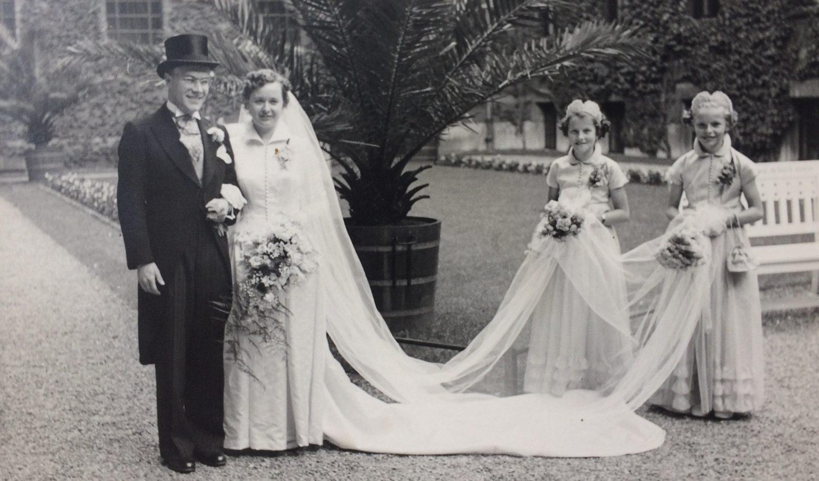 Bruidspaar in tuin stadhuis