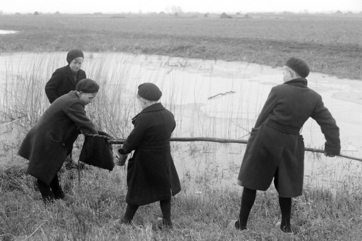1944feb ANP Van Buiten stekelbaars vangen 149755035
