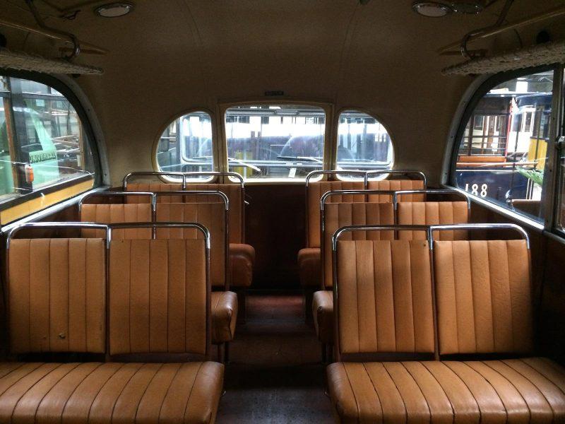 Wederopbouwritten in oude jaren vijftig bus RoMeO
