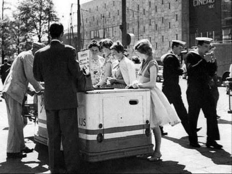 Een ijsje van Ermi op de Coolsingel, 1954